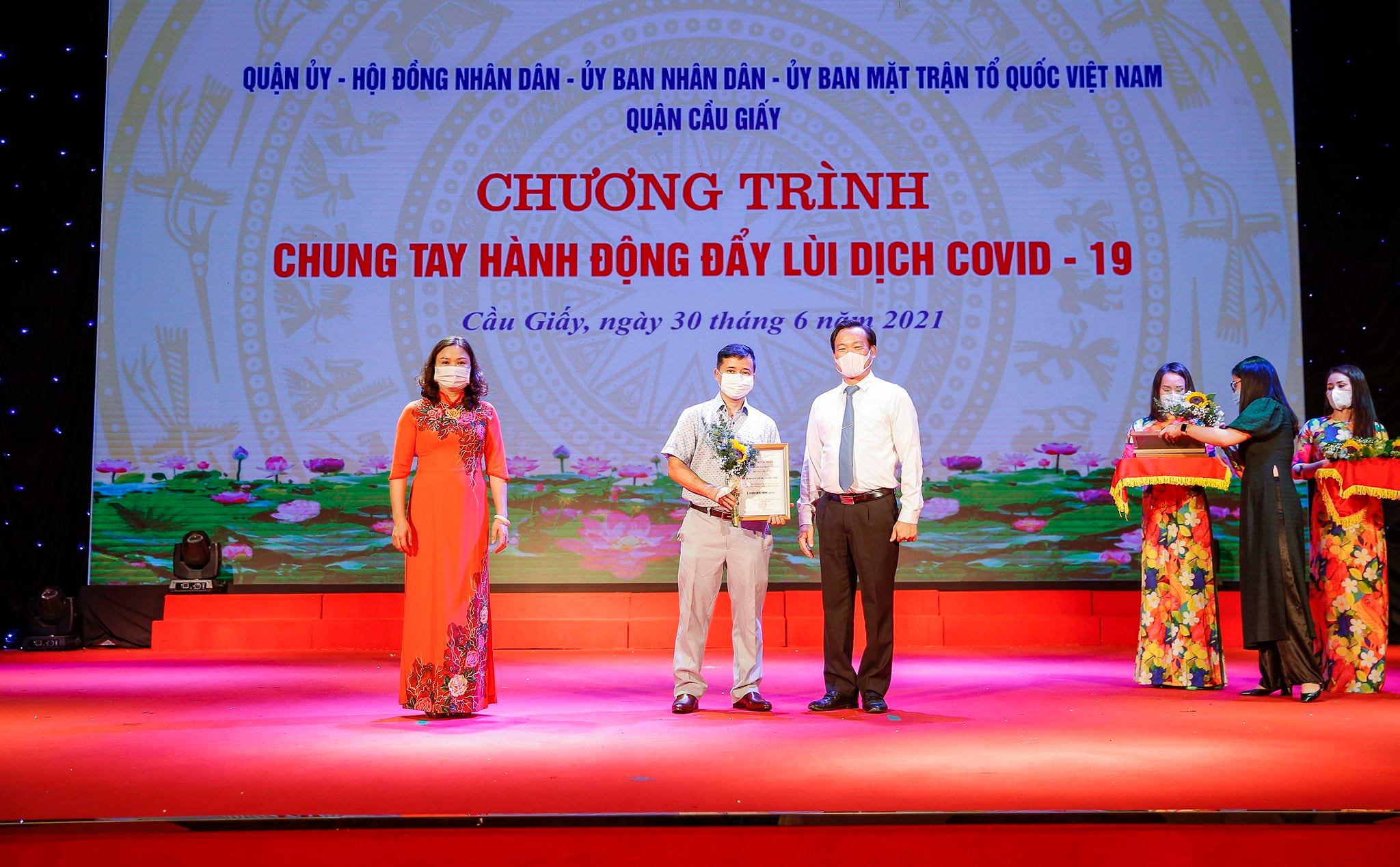 CMC donates 1 billion VND for Cau Giay District to prevent and control Covid-19