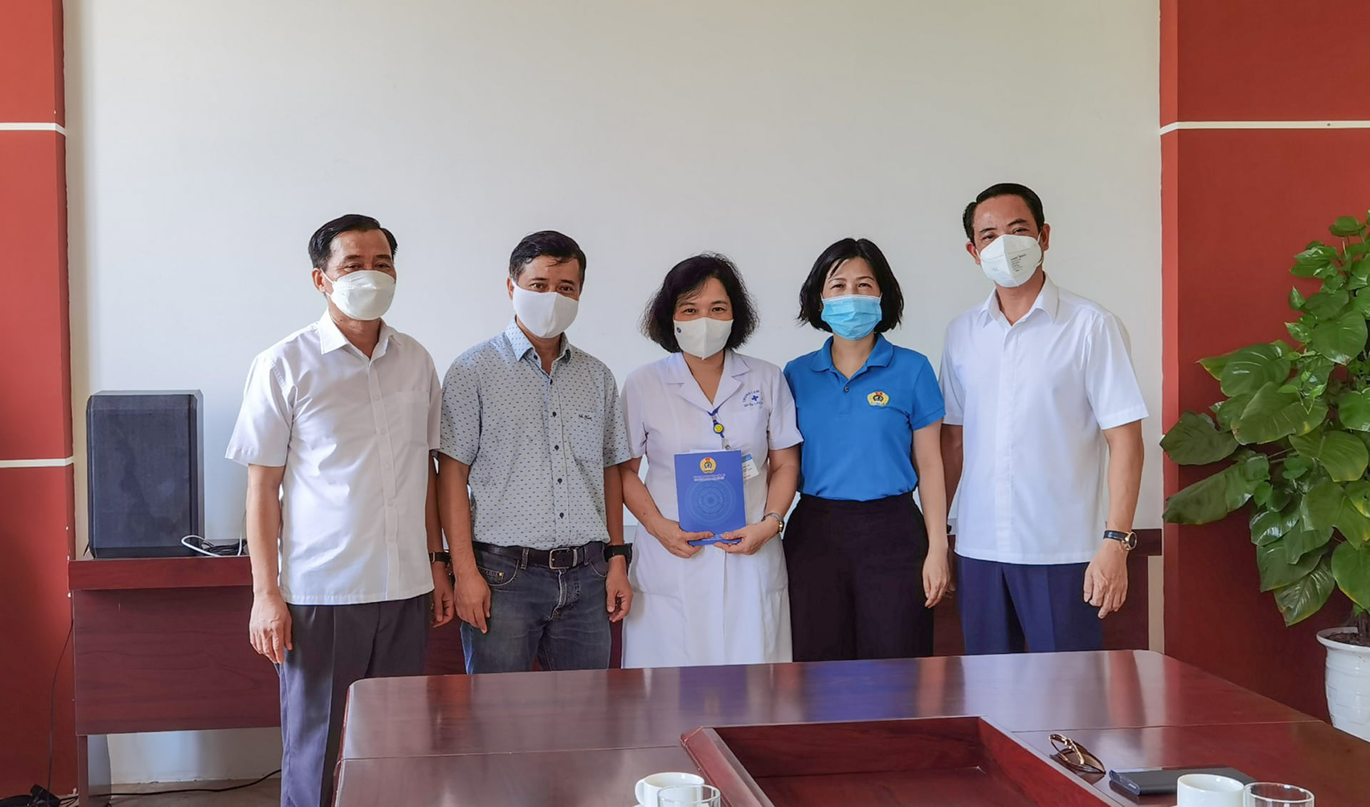 CMC Corporation presents thank-you gift to Cau Giay District Medical Center